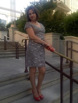Come indossare: vestito a tubino con paillettes grigio, décolleté in pelle tagliati arancioni, pochette in pelle arancione, collana dorata