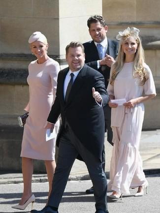 Come indossare: vestito a tubino rosa, décolleté in pelle beige, pochette nera, borsalino decorato rosa