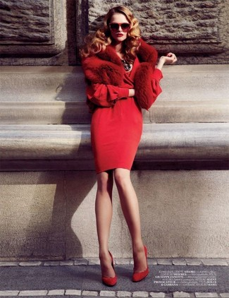Come indossare: vestito a tubino rosso, décolleté in pelle scamosciata rossi, sciarpa di pelliccia rossa, occhiali da sole rossi