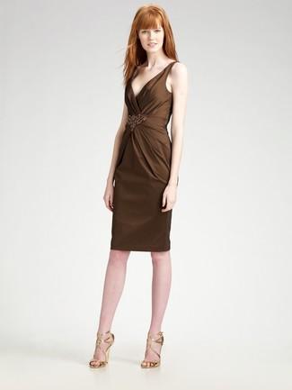 Come indossare: vestito a tubino decorato marrone scuro, sandali con tacco in pelle dorati