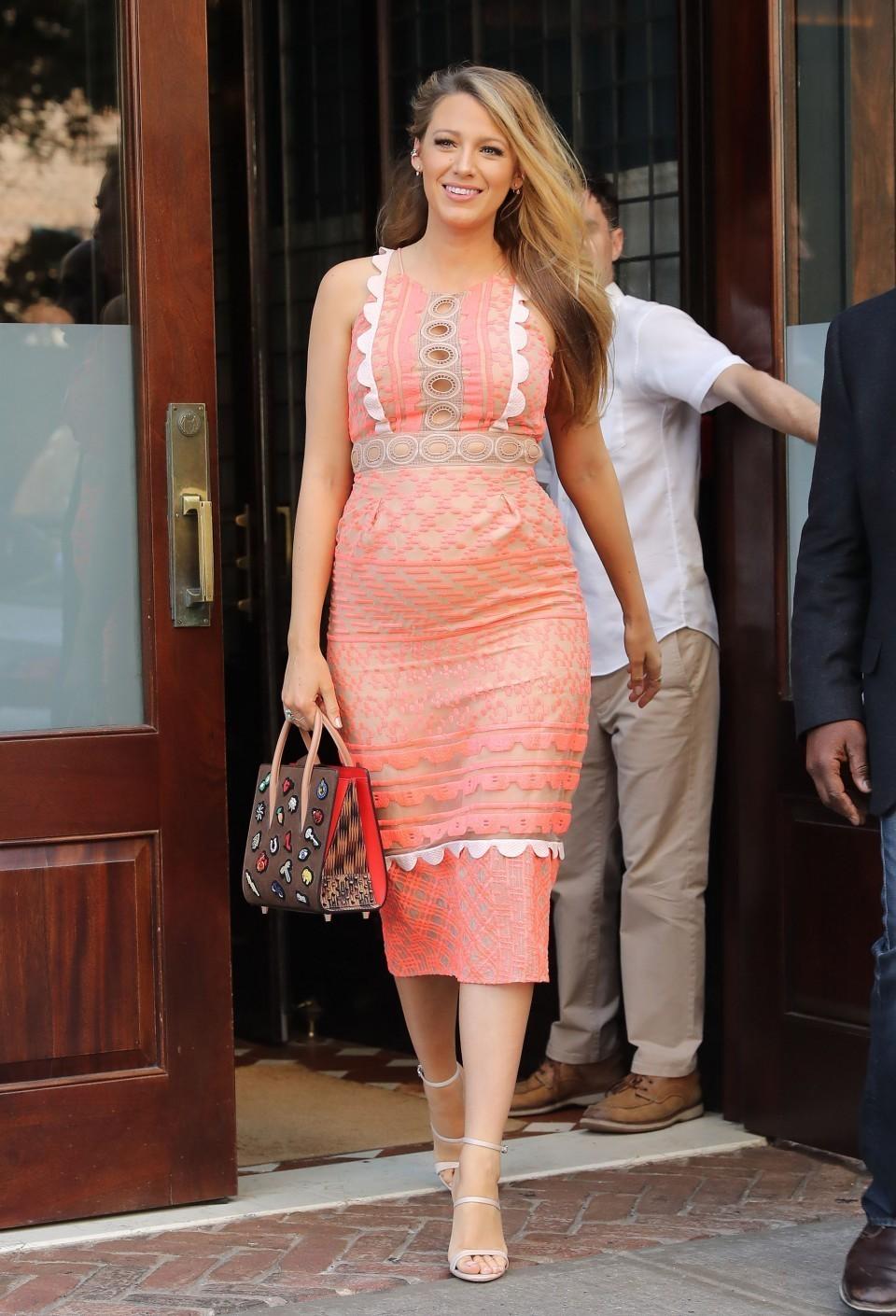 online retailer 20bd1 577a9 Look di Blake Lively: Vestito a tubino di pizzo arancione ...