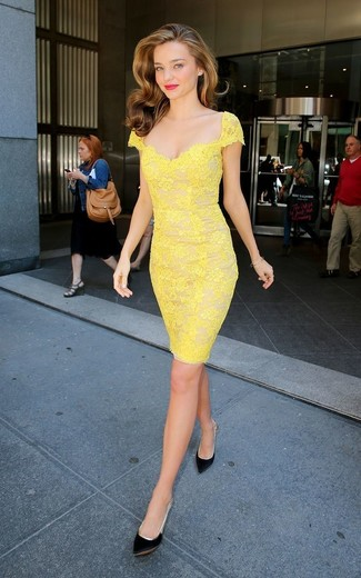 uk availability f8f22 b27a5 Look di Miranda Kerr: Vestito a tubino di pizzo giallo ...