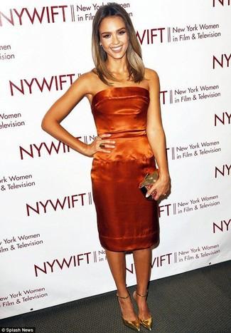 Come indossare: vestito a tubino di raso arancione, décolleté in pelle dorati, pochette dorata