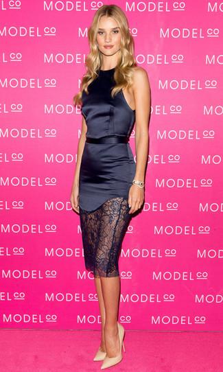 Trend da donna 2020: Un vestito a tubino di raso blu scuro non potrai che essere elegantissima. Décolleté in pelle beige sono una splendida scelta per completare il look.