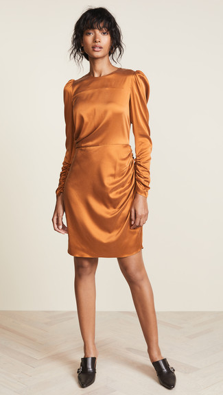 Come indossare: vestito a tubino di seta arancione, sabot in pelle neri