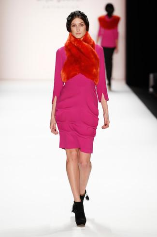 Come indossare: vestito a tubino fucsia, stivaletti in pelle scamosciata neri, sciarpa di pelliccia rossa