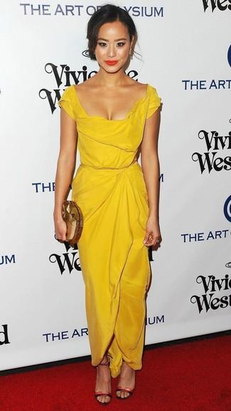 Come indossare e abbinare: vestito a tubino giallo, sandali con tacco in pelle rossi, pochette dorata, orecchini dorati