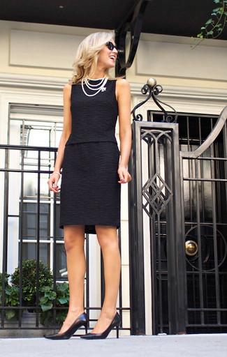 Indossa un vestito tubino nero per un look semplice ed elegante. Completa questo look con un paio di décolleté in pelle neri.
