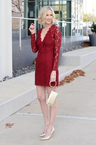 Come indossare: vestito a tubino di pizzo rosso, décolleté in pelle dorati, pochette in pelle dorata, bracciale dorato