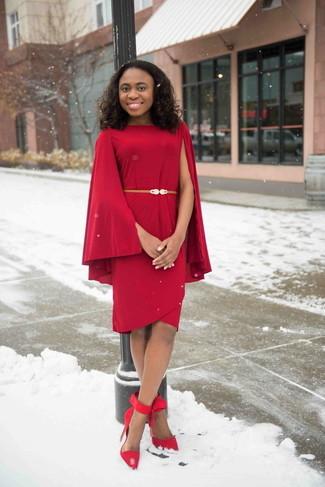 Come indossare: vestito a tubino rosso, décolleté in pelle scamosciata rossi, cintura a vita alta in pelle dorata