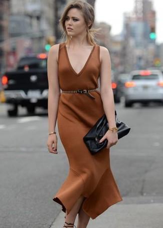 Come indossare: vestito a tubino marrone, sandali con tacco in pelle neri, pochette in pelle nera, cintura a vita alta in pelle con borchie nera