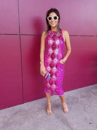 Come indossare: vestito a tubino decorato fucsia, sandali con tacco in pelle rosa, pochette a righe verticali multicolore, occhiali da sole bianchi
