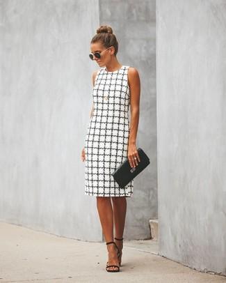 Come indossare e abbinare: vestito a tubino a quadri bianco e nero, sandali con tacco in pelle neri, pochette in pelle trapuntata nera, occhiali da sole neri e dorati