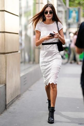 Come indossare: vestito a tubino all'uncinetto bianco, stivaletti con lacci in pelle pesanti neri, borsa a tracolla in pelle scamosciata nera, occhiali da sole neri
