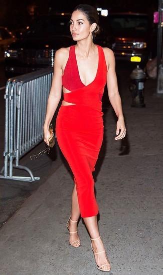 Trend da donna 2020: Punta su un vestito a tubino tagliato rosso per creare un look raffinato e glamour. Un paio di sandali con tacco in pelle beige si abbina alla perfezione a una grande varietà di outfit.