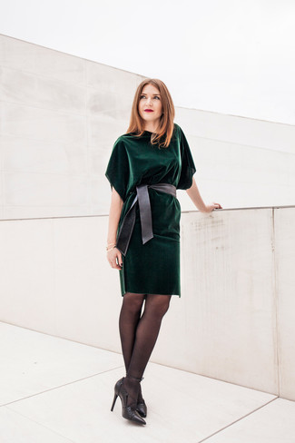 24033d1100 Look alla moda per donna: Vestito a tubino di velluto verde scuro ...