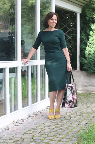 5d30f36019 Look alla moda per donna: Vestito a tubino verde scuro, Sandali con ...