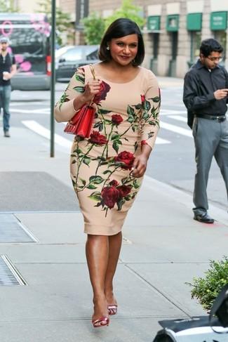 Come indossare e abbinare: vestito aderente a fiori beige, sandali con tacco in pelle rossi, borsa a tracolla in pelle rossa