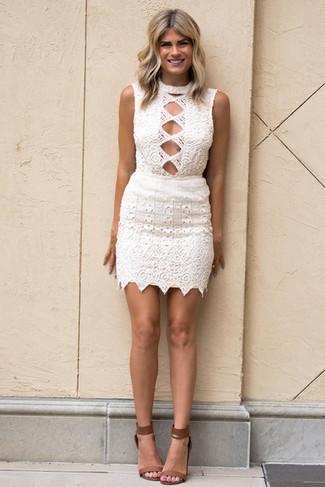 Come indossare e abbinare: vestito aderente all'uncinetto bianco, sandali con tacco in pelle marroni