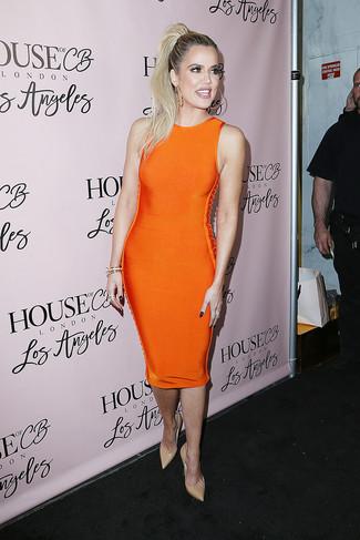 Come indossare: vestito aderente arancione, décolleté in pelle beige, bracciale dorato, orecchini dorati