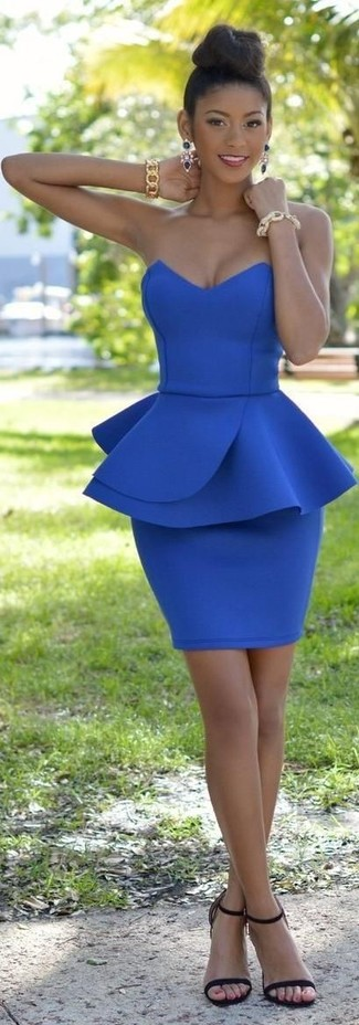Come indossare: vestito aderente blu, sandali con tacco in pelle neri, bracciale dorato, orecchini blu scuro