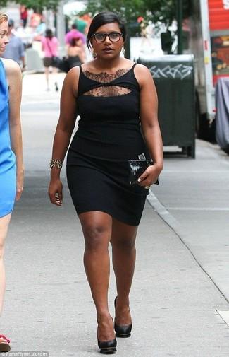 Come indossare: vestito aderente di pizzo nero, décolleté in pelle neri, pochette in pelle nera, bracciale dorato