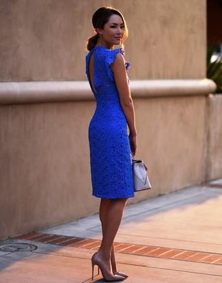 Come indossare e abbinare: vestito aderente di pizzo blu, décolleté in pelle marrone chiaro, pochette in pelle grigia