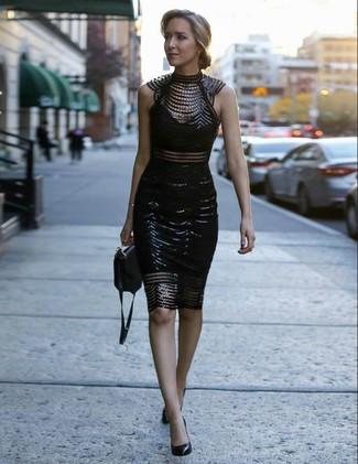Indossa un vestito aderente di pizzo decorato nero per un look trendy e alla mano. Ti senti creativo? Completa il tuo outfit con un paio di décolleté in pelle neri.