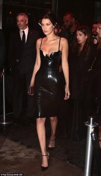 Come indossare: vestito aderente in pelle nero, décolleté in pelle neri, pochette in pelle dorata