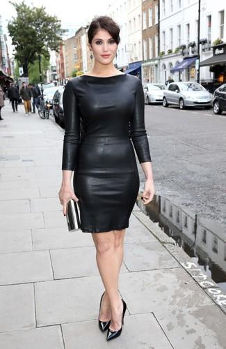 Come indossare: vestito aderente in pelle nero, décolleté in pelle neri, pochette nera