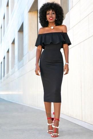 Come indossare e abbinare: vestito aderente nero, sandali con tacco in pelle rossi, collana di perle bianca