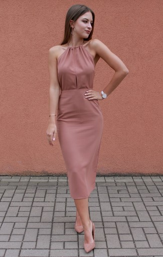 Come indossare: vestito aderente rosa, décolleté in pelle scamosciata rosa, orologio in pelle bianco