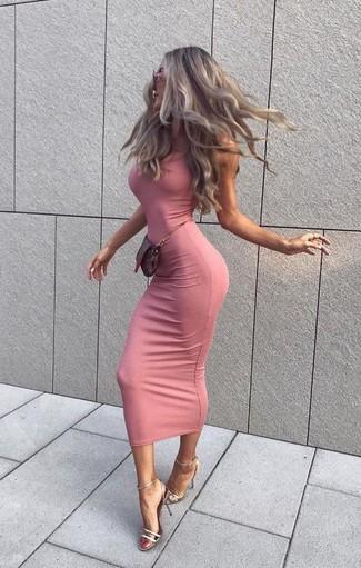 Trend da donna: Indossa un vestito aderente rosa per affrontare con facilità la tua giornata. Sandali con tacco in pelle argento sono una splendida scelta per completare il look.