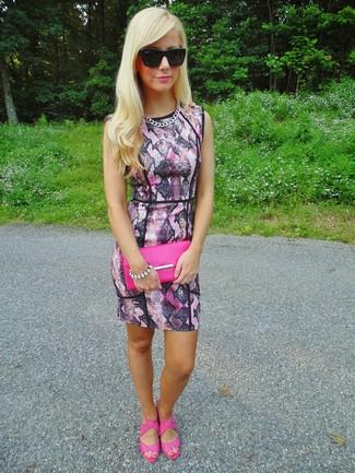 Come indossare e abbinare: vestito aderente con stampa serpente rosa, sandali con tacco in pelle fucsia, pochette in pelle fucsia, occhiali da sole neri