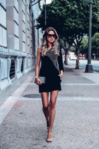 41371c31a7adc7 Come indossare: vestito aderente di velluto decorato nero, sandali con  tacco in pelle decorati