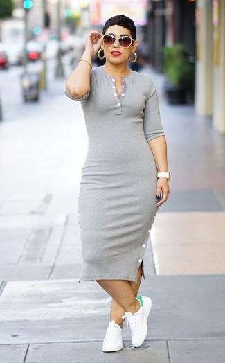 Come indossare: vestito aderente grigio, sneakers basse in pelle bianche, occhiali da sole bianchi, bracciale dorato