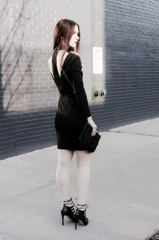 Come indossare: vestito aderente tagliato nero, décolleté in pelle tagliati neri, pochette di pelliccia nera