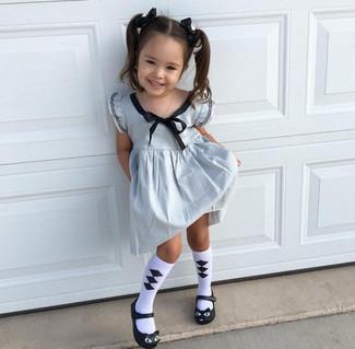 Come indossare: vestito argento, ballerine nere, calzini bianchi e neri