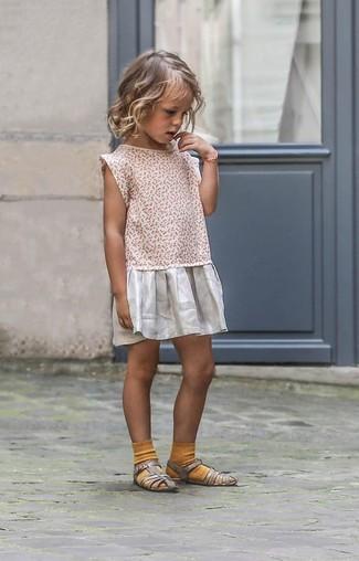 Come indossare: vestito argento, sandali argento, calzini senapi