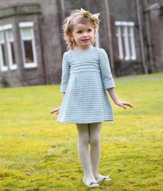 Come indossare e abbinare: vestito azzurro, ballerine beige, collant beige