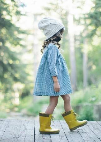 Come indossare e abbinare: vestito azzurro, stivali di gomma gialli, cuffia bianco