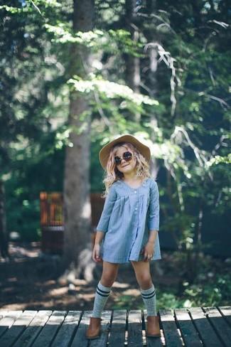 Come indossare: vestito azzurro, stivali marroni, borsalino beige, calzini grigi