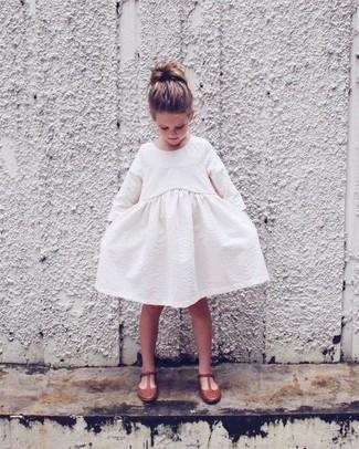Come indossare: vestito bianco, ballerine marroni