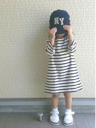 Come indossare: vestito a righe orizzontali bianco e nero, sandali bianchi, berretto da baseball blu scuro, calzini bianchi