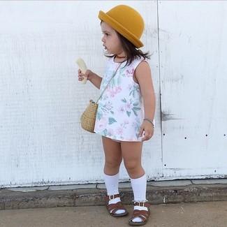 Come indossare e abbinare: vestito a fiori bianco, sandali marrone scuro, borsalino senape, calzini bianchi