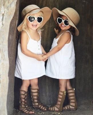 Come indossare: vestito bianco, sandali marroni, borsalino beige