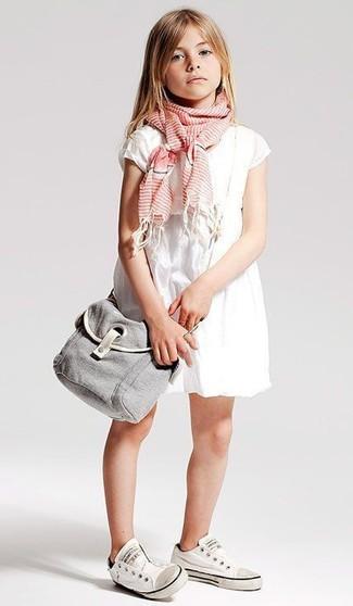Come indossare: vestito bianco, sneakers bianche, sciarpa rosa