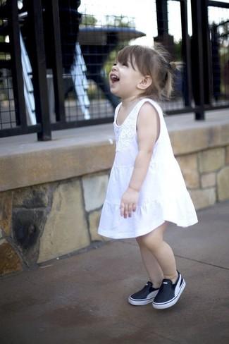 Come indossare: vestito bianco, sneakers nere