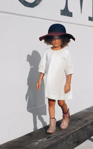 Come indossare: vestito bianco, stivali di gomma beige, borsalino blu scuro