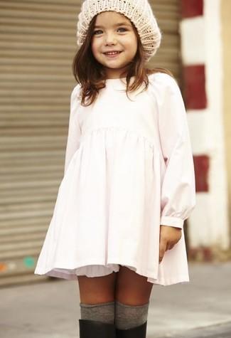 Come indossare: vestito bianco, stivali di gomma neri, cuffia beige, calzini grigi